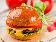 Рецепта Домашни чийзбургери с телешка кайма, сирене чедър и майонезен сос с горчица